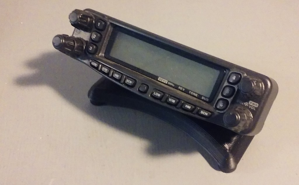 FT-8900R_stand-01